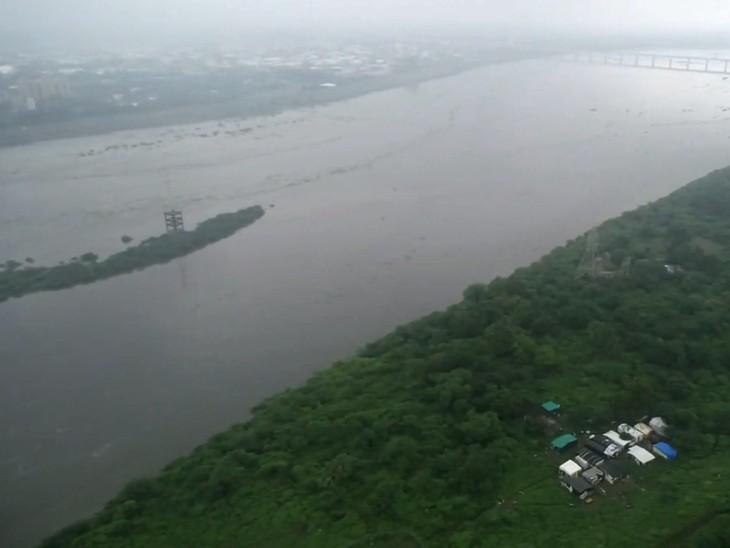 નદીમાં ધસમતો પ્રવાહ અને ઉપર વાદળછાયા વાતાવરણથી ખુશનુમા પ્રસરી ગઈ છે.