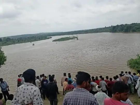 અમરાવતીમાં વર્ધા નદીમાં બોટ પલટી જતાં 11 લોકોના મોત થયા.