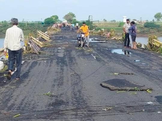 વરસાદને કારણે રસ્તાઓને ભારે નુકસાન થયું.
