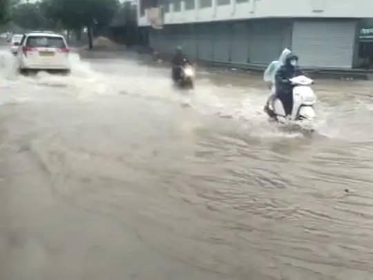 વરસાદના પાણી ભરાઈ જવાથી વાહનચાલકોને ભારે હાલાકી થઈ રહી છે.