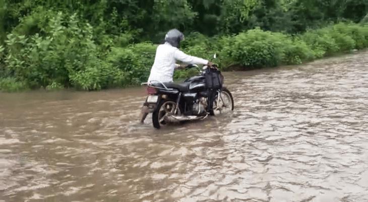વેરાવળ-તાલાલા સ્ટેટ હાઇવે પર ભરાયેલ પાણીમાં ફસાયેલ વાહન ચાલક