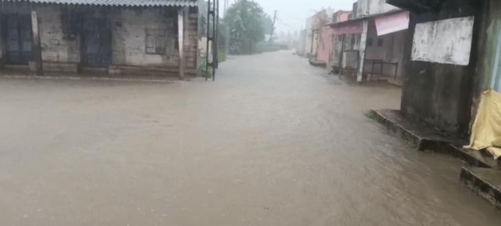 ગ્રામ્ય વિસ્તારની શેરી-માર્ગો પર ભરાયેલ વરસાદી પાણી